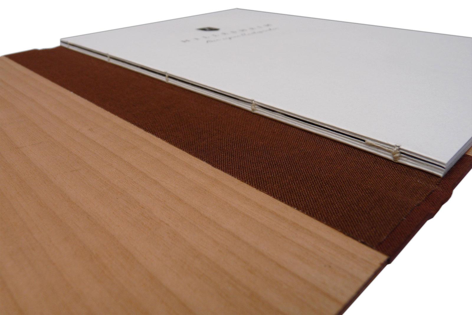 Buch mit Holzdeckeln